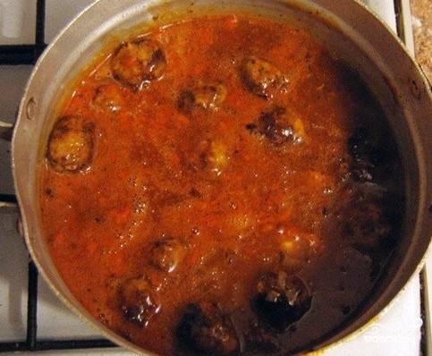 Когда вы обжарите все тефтели, то их можно переложить в кастрюлю с томатным соусом. Накрываем ее крышкой и тушим тефтели на медленном огне 25 минут, за это время и мясо, и рис, приготовятся. А готовые тефтельки отлично сочетаются с любым гарниром, приятного вам аппетита!