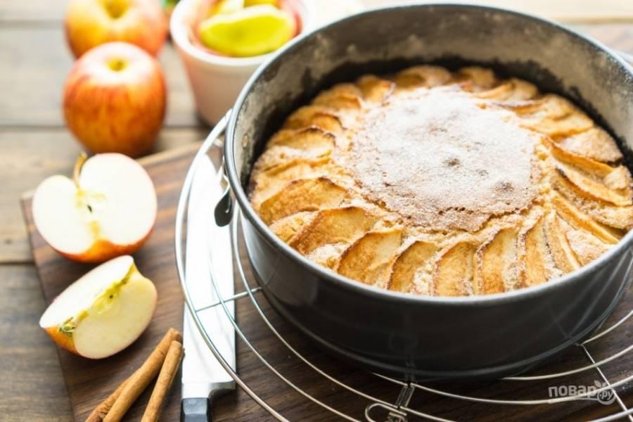 Печем пирог 10 минут, затем уменьшаем температуру до 155 граудсов и печем еще минут 35. Проверяем готовность спичкой. Подаем пирог, дав ему остыть.