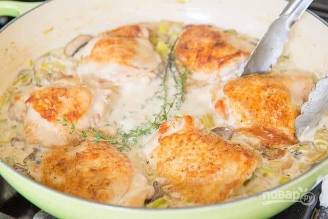 5. Далее верните в сковороду бёдра. Выложите тимьян.