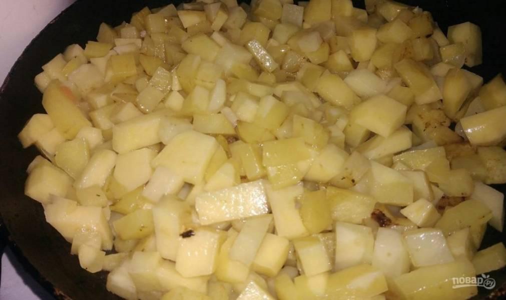 6. Нарезаем картофель и тоже отправляем жариться. Когда на нем начнет образовываться золотистая корочка, выкладываем в кастрюлю.