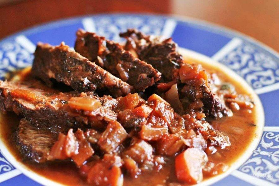 6.Выложите мясо из кастрюли и нарежьте его ломтиками, полейте образовавшимся соусом и подавайте горячим к столу.