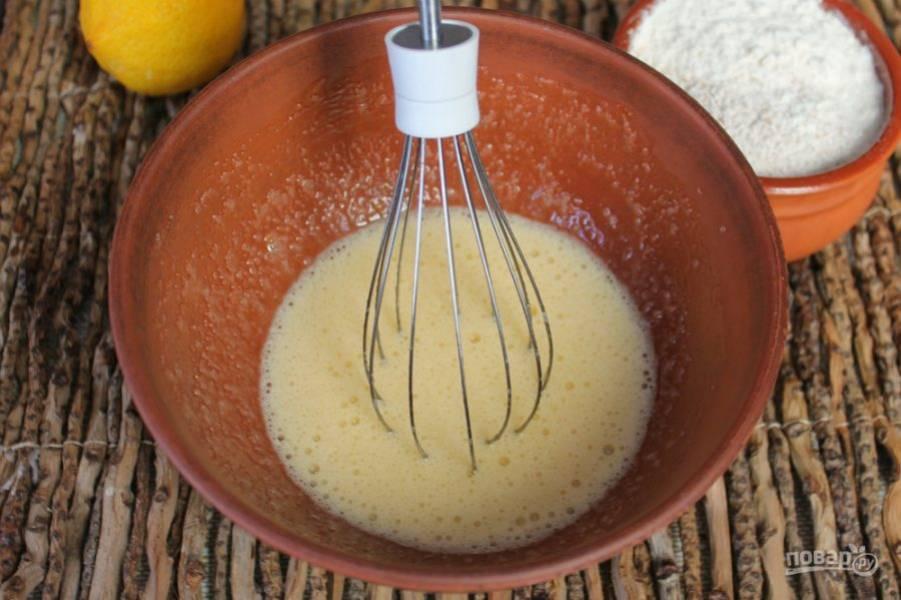 В миске взбиваем яйца с сахаром.