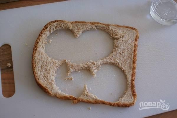 1. Из ломтика хлеба вырежьте 4 кружочка по размеру формочки для маффинов.