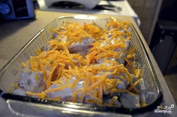 9. Присыпьте оставшимся сыром и отправьте запекаться. Картофель со свининой и сыром в духовке в домашних условиях будет готов примерно через часик.