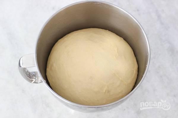 4. Оставьте тесто на час под пищевой пленкой или накройте его полотенцем, чтобы оно увеличилось в размере.