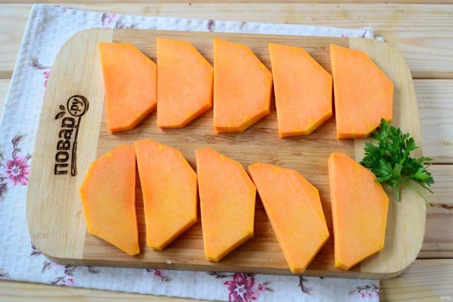 Тыкву порежьте на пластины толщиной 8-10 мм. Выложите тыкву на противень, застеленный пергаментом, и запекайте в духовке при температуре 180 градусов 20-25 минут до мягкости.
