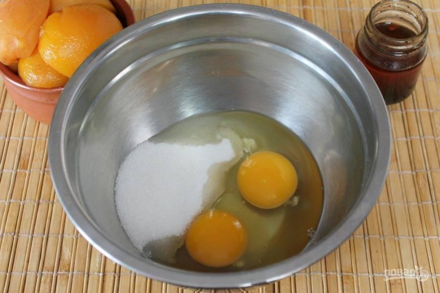 Яйца взбиваем вместе с сахаром.