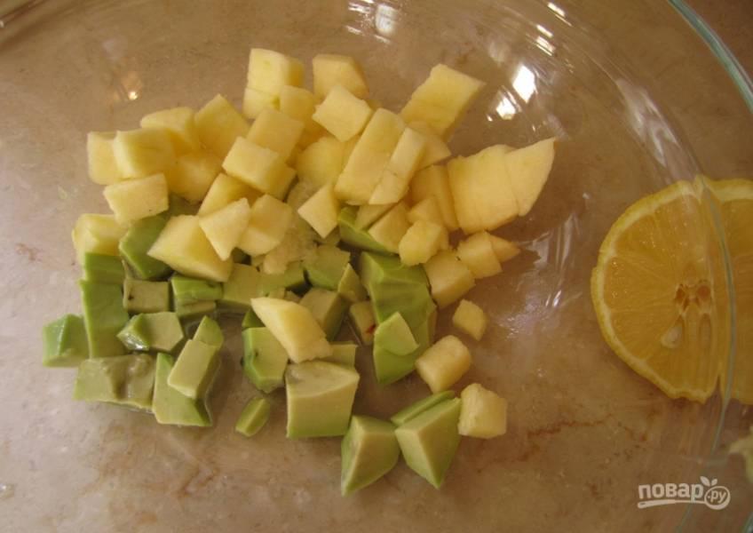 1. Моем и обсушим авокадо и яблоки, удаляем сердцевинки и кожуру и режем кубиками. Поливаем лимонным соком, чтобы не темнели.