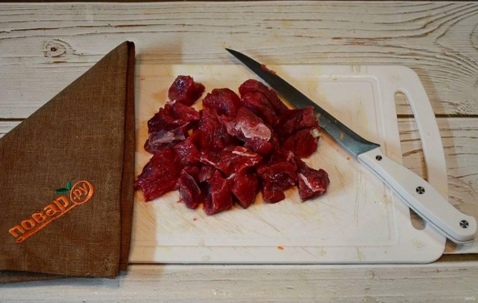 4. Мясо помойте и нарежьте кусочками. Обсушите.