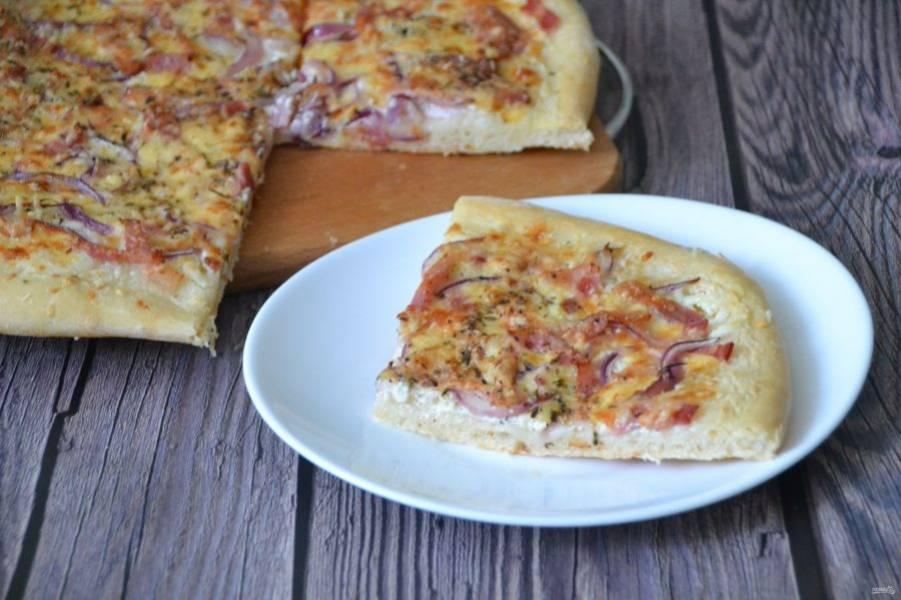 """Французская пицца """"flammekueche"""" получается очень вкусной, с тонкой хрустящей корочкой и гармоничным сочетанием вкусов  сыра и мяса."""