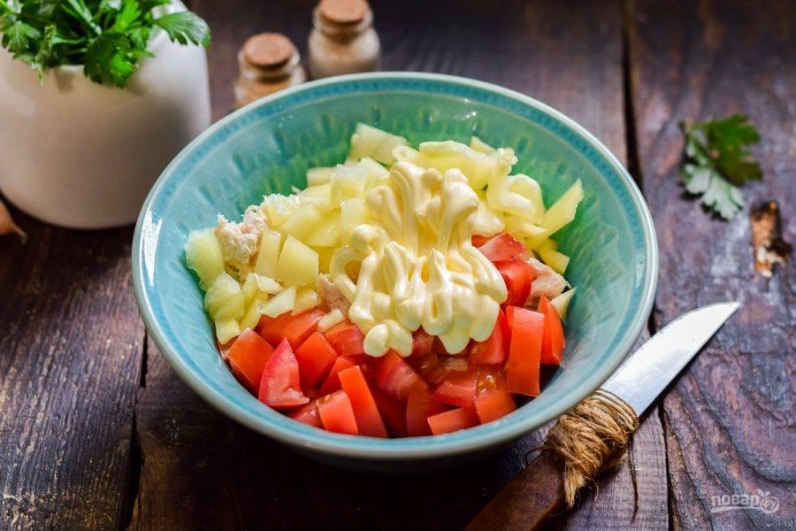 Заправьте салат майонезом, добавьте соль и перец по вкусу. Перемешайте все и подавайте салат к столу.
