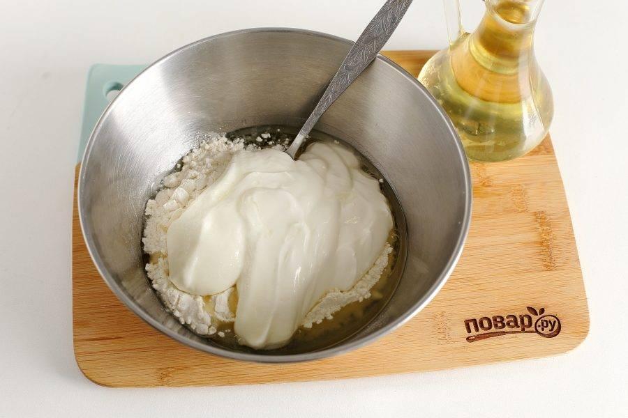 Насыпьте муку в глубокую миску. Добавьте яичный белок, растительное масло, соль, сметану и соду.