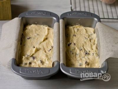 В конце добавьте изюм. Ещё раз перемешайте. Тесто влейте в жаропрочную, немного смазанную маслом форму.