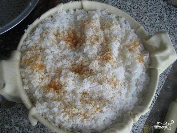 Затем снова слой риса, слой мясной начинки и опять слой риса. Верхний слой посыпать приправами.