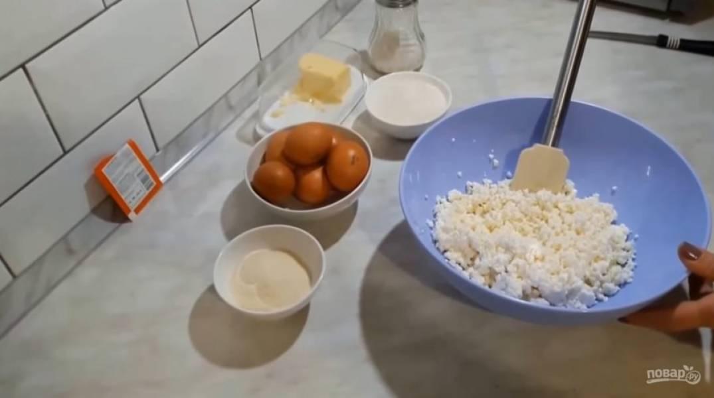 1. В творог добавьте сахар, манку и хорошо перемешайте. Посолите. Вы можете измельчить творог блендером, чтобы масса стала более однородной.