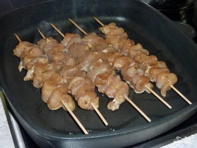 После того, как мясо замариновалось, разогреваем духовку до 200 градусов. Шашлычок укладываем в удобную форму для выпекания и готовим около 20 минут.