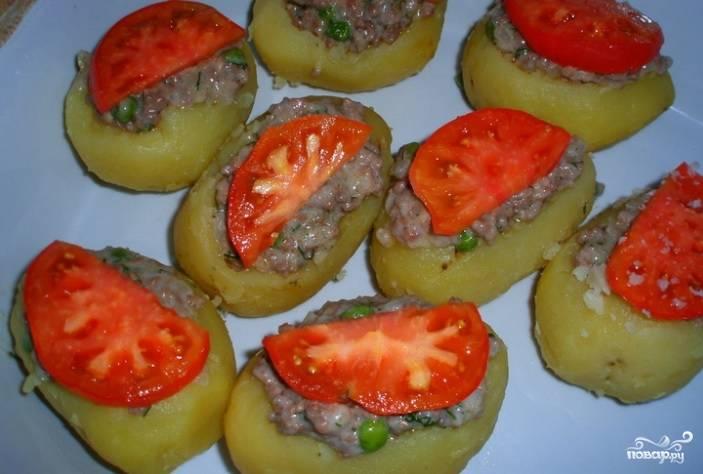 4. Лодочки заполните подготовленной начинкой. Сверху положите дольку помидора и посыпьте тертым сыром. Запекайте в духовке при 200 градусах. Через тридцать минут лодочки будут готовы, и можете подавать на стол.