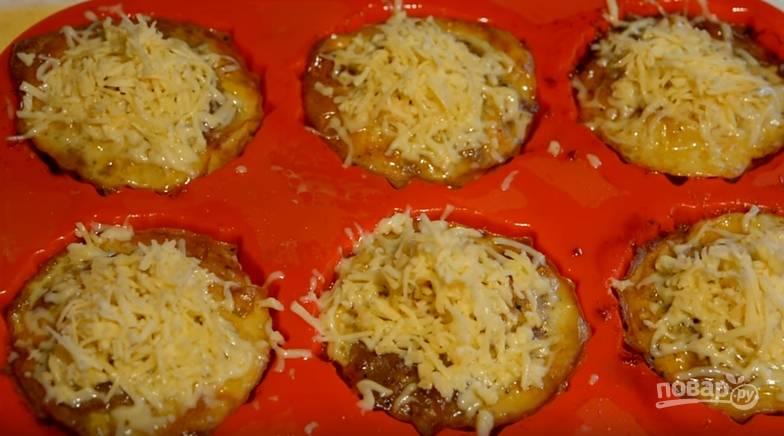 7. Через полчаса выложите сверху сыр и далее выпекайте в духовке 10-15 минут до золотистой корочки.
