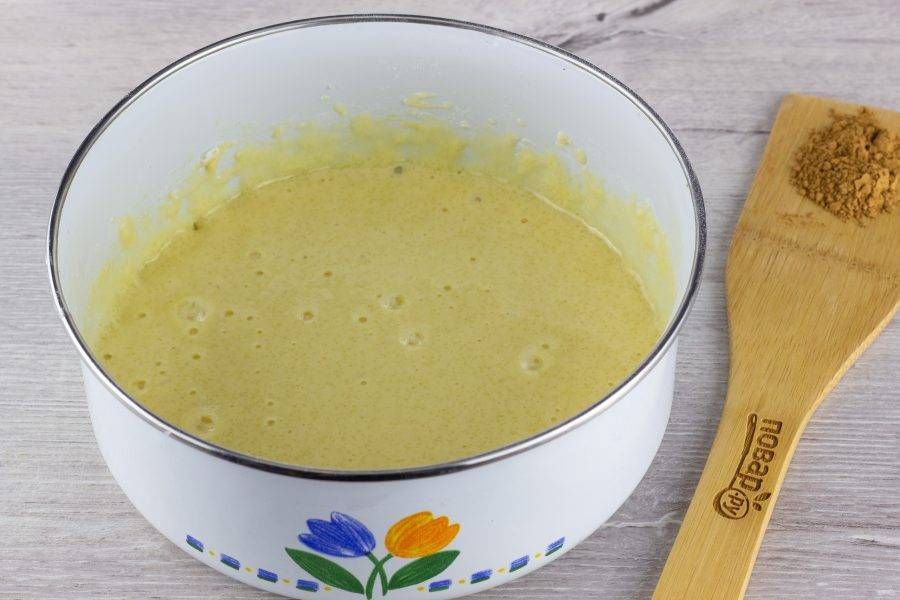 Муку просейте с разрыхлителем. Яйца взбейте с сахаром, затем добавьте муку и разрыхлитель.