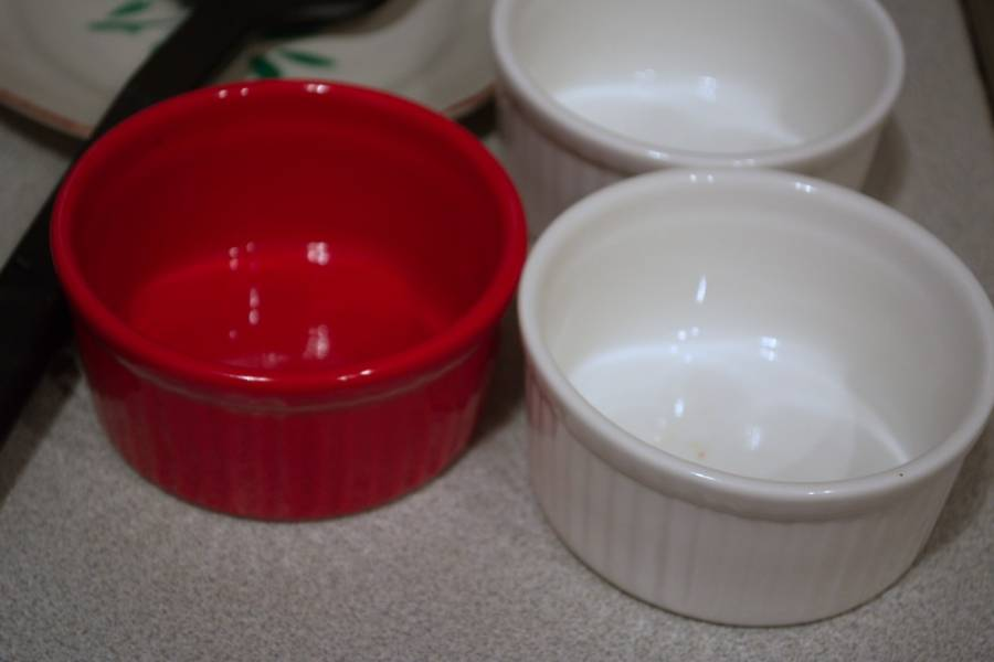 Подготовьте формочки. Вместо таких формочек можно использовать толстостенные чашки. Стенки лучше смазать маслом, чтоб сыр не прикипел.