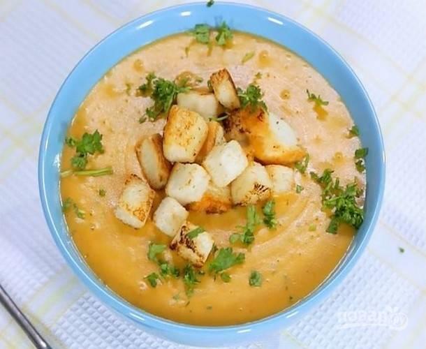 Подайте суп порционно с сухариками, посыпав мелко нарезанной свежей зеленью.