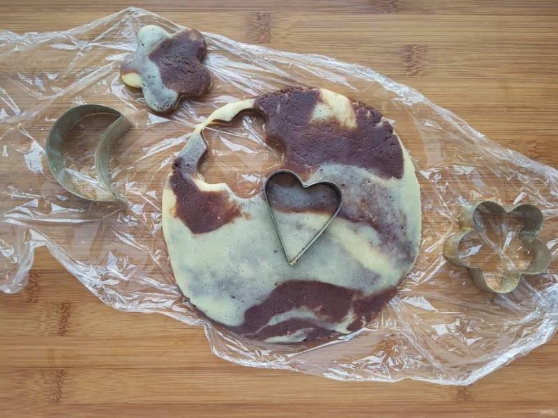 Обрезки теста раскатайте и вырежьте при помощи формочек печенье. У вас получится бонус, вкусное мраморное печенье.