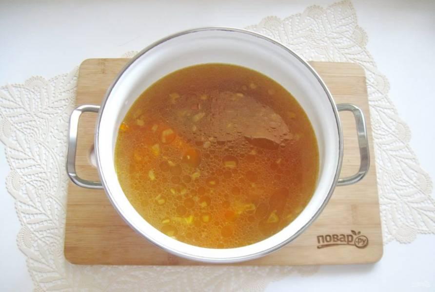 Выложите лук, морковь и помидоры в кастрюлю с бульоном и мясом.