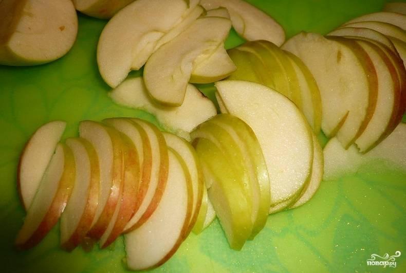 Яблоки промываем, очищаем от семечек и нарезаем тонкими дольками.