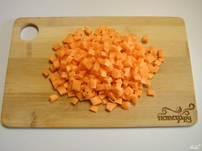 Морковь очистите, сполосните под водой, порежьте кубиками не большого размера, чтобы она успела приготовиться на сковороде.