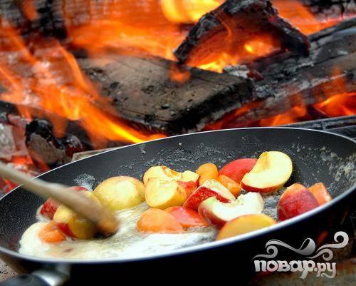 3.Более жесткие и крупные фрукты выкладывайте на сковородку первыми (нектарин, персик и т.п.) и тушите на медленном огне несколько минут, обваляв в сиропе.