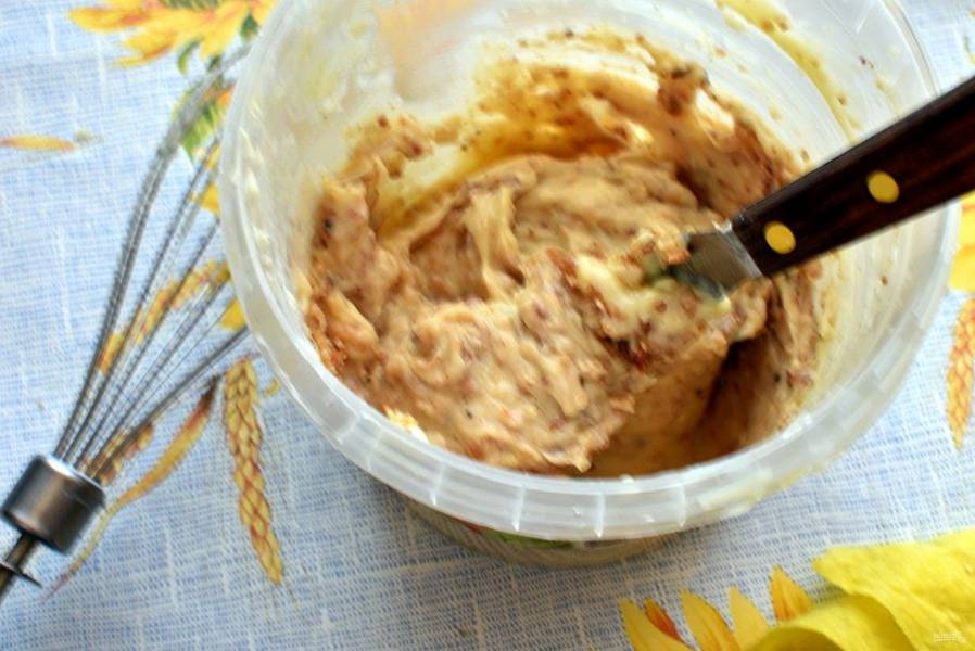 Для крема размягченное масло взбить добела и частями добавить сгущенные сливки. Еще раз взбить. Всыпать в крем большую часть орехов, оставив примерно четверть на украшение. Размешать крем лопаткой.