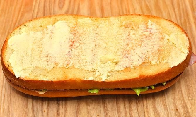 Накройте бутерброд куском смазанным маслом.