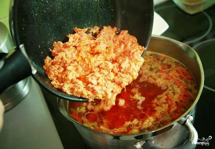 Пробуем борщ на вкус. Если что-то не в порядке - регулируем, добавляя специи или томатную пасту. Если все ОК - добавляем в кастрюлю нашу овощную зажарку.