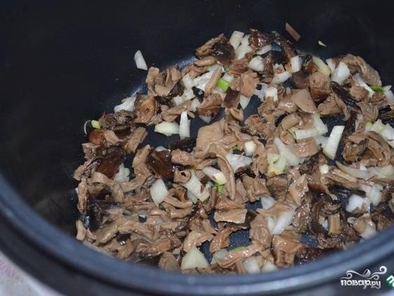 3.Отваренные грибы нарезаем небольшими кусочками, 1 луковицу моем и нарезаем. Морковь моем и натираем на крупной терке. В кастрюле с добавлением подсолнечного масла обжариваем лук, грибы, морковь и квашенную капусту. Жарим 7 минут. Заливаем мясным и грибным бульоном, варим 20-30 минут, солим и перчим по вкусу.