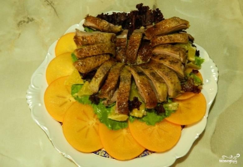 7.Утиную грудку нарезаем кусочками и кладем на тарелку к листьям салата.