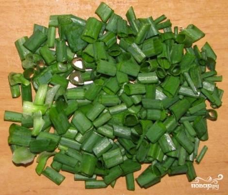 Измельчаем зеленый лук.