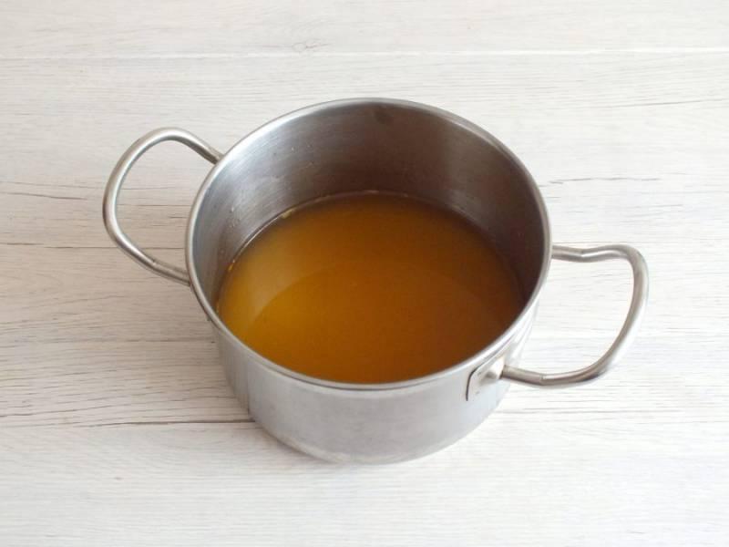 В кастрюлю налейте стакан бульона и два стакана воды. Поставьте на огонь и доведите до кипения.