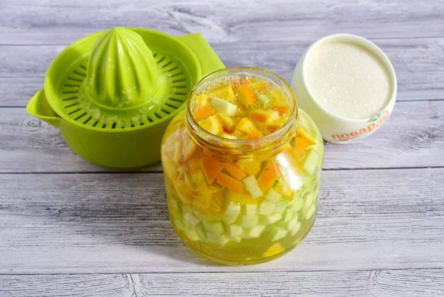 3. Залейте кипятком на 20 минут. Слейте настой в кастрюлю, добавьте сахар. Доведите до кипения, варите сироп в течение 5 минут. Залейте сиропом нарезанные ингредиенты. Добавьте в банку по 1 ст. л. лимонного сока.