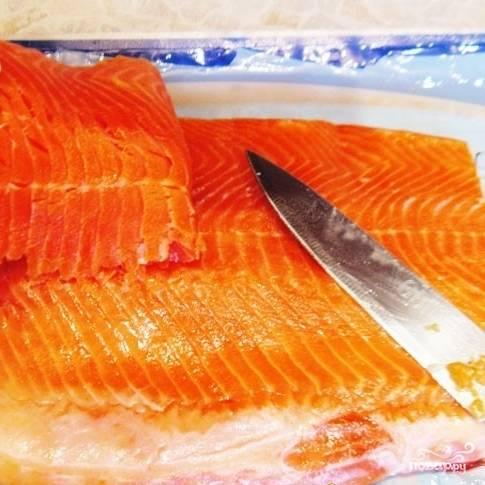 Нам нужен идеально ровный кусок рыбы, поэтому неровную верхнюю часть нужно срезать. Очищаем филе от чешуи и косточек.
