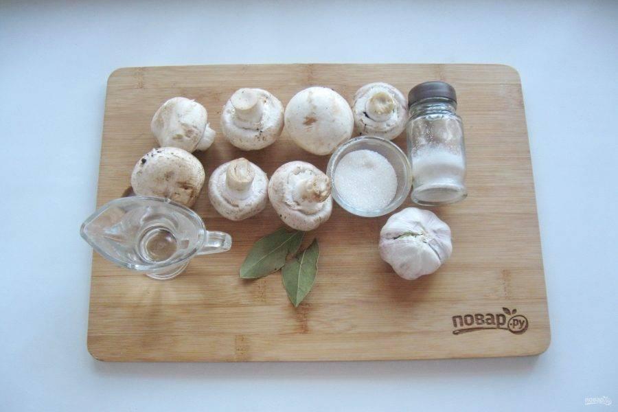 Подготовьте все ингредиенты для приготовления консервированных грибов.