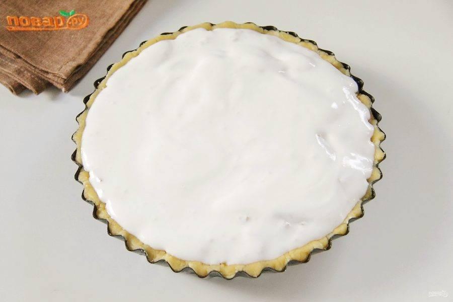 Белки взбейте с оставшимся сахаром до устойчивой белой пены и распределите на яблоках.
