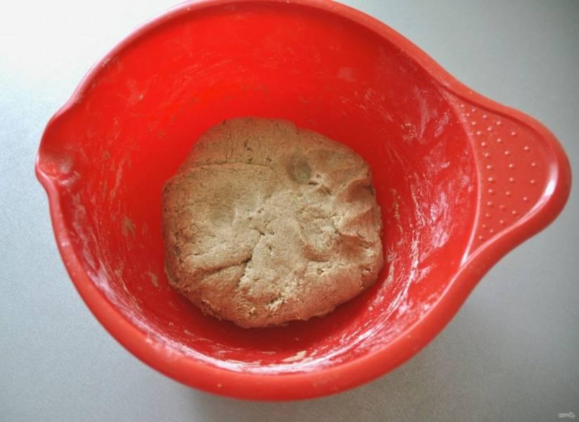 Замесите тесто, накройте пищевой пленкой, поставьте в теплое место на 2 часа.