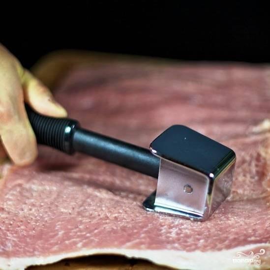 Щедро солим и отбиваем мясо.
