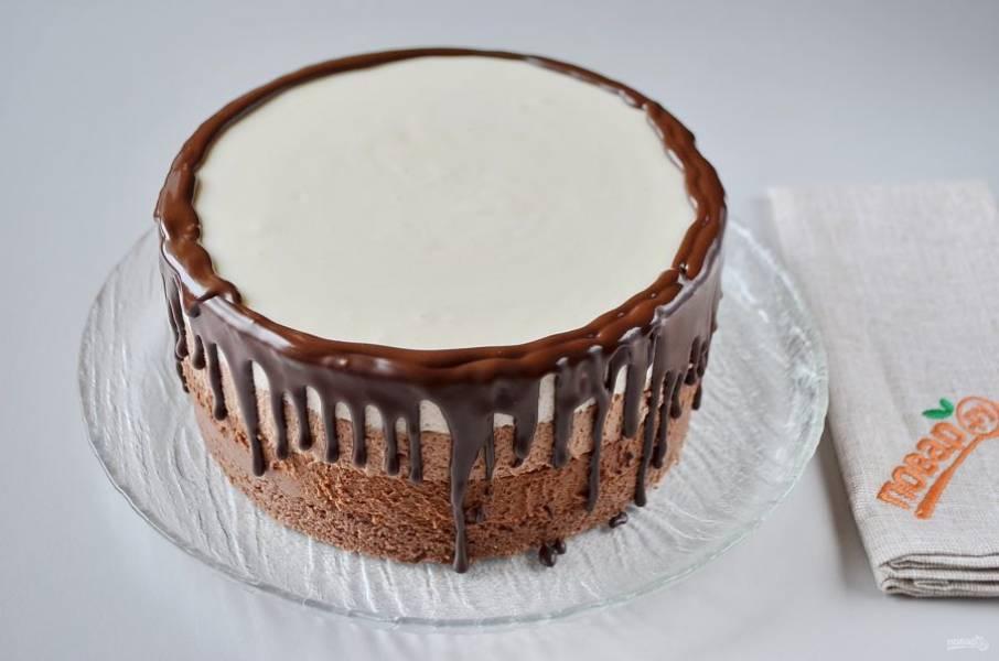 33. Украсьте тортик по краю глазурью.