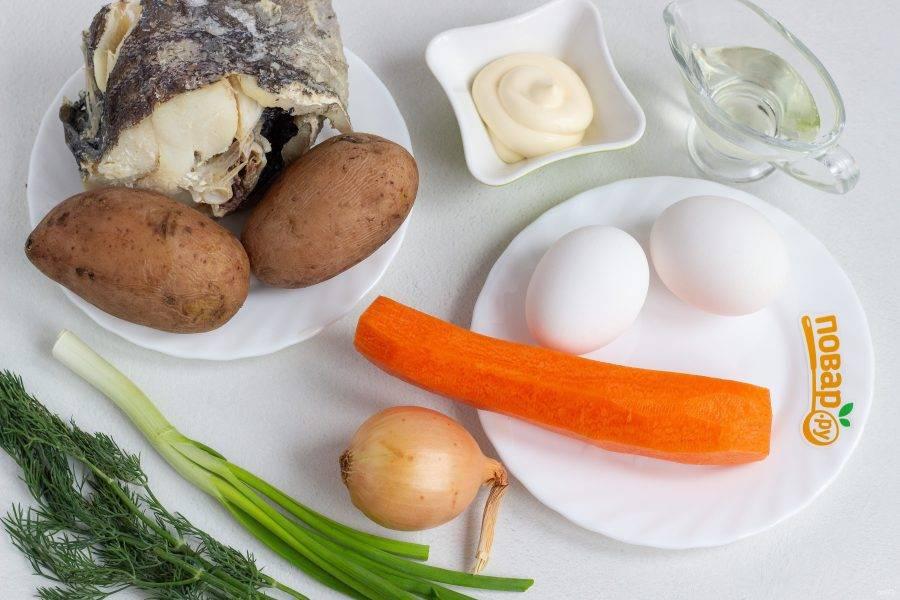 Подготовьте все необходимые ингредиенты. Рыбу заранее отварите, как описано в инструкции приготовления выше. Одну морковь, картофель и яйца тоже отварите заранее и остудите.