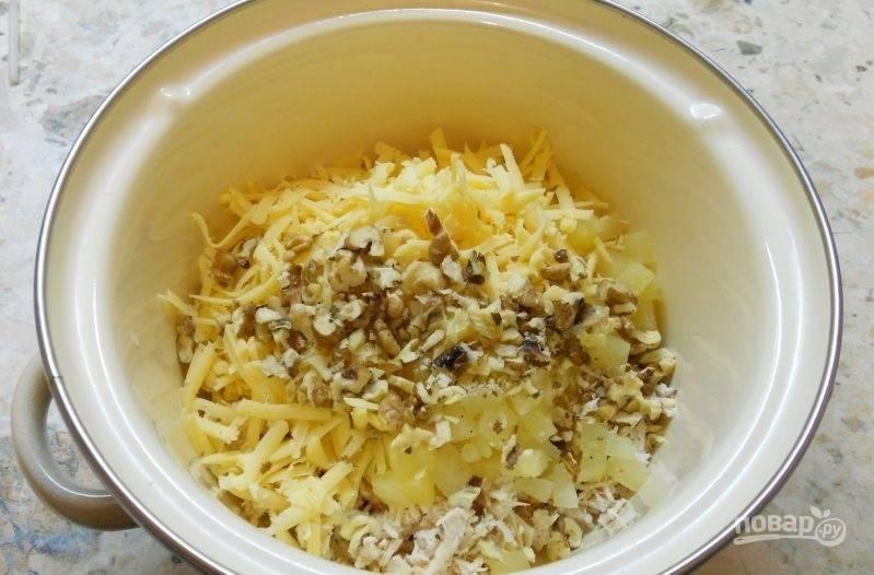 2.Твердый сыр натираю на крупной терке и кладу в кастрюлю, орехи измельчаю ножом и добавляю в кастрюлю, немного оставляю для украшения.