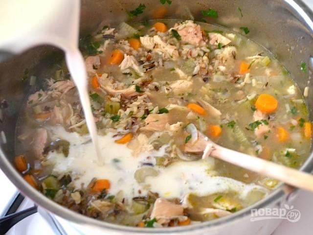 12.Влейте молочную смесь в суп, перемешайте.