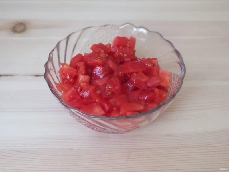 С помидоров снимите кожуру и нарежьте мелким кубиком.