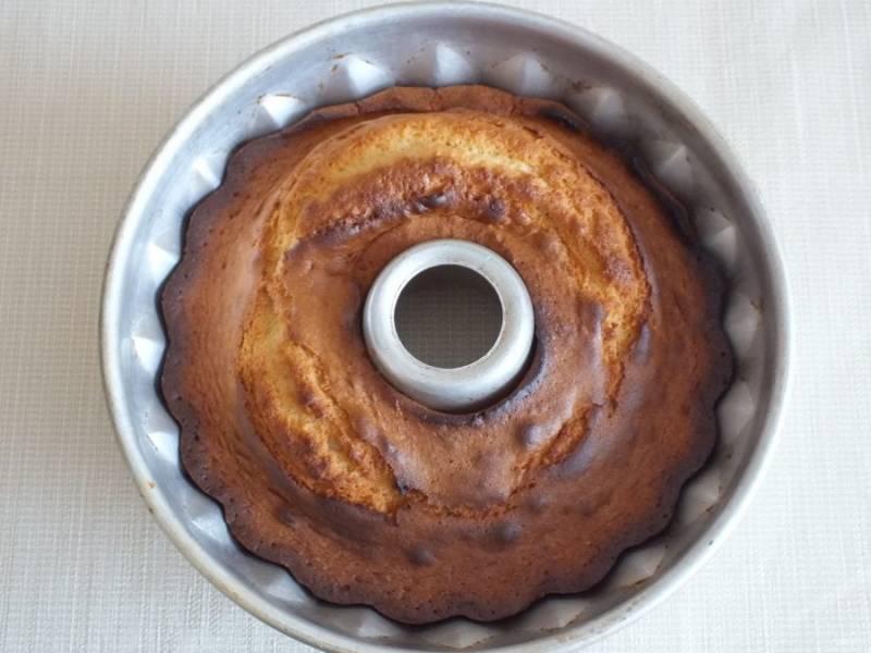 Достаньте готовый кекс из духовки. Слегка охладите.