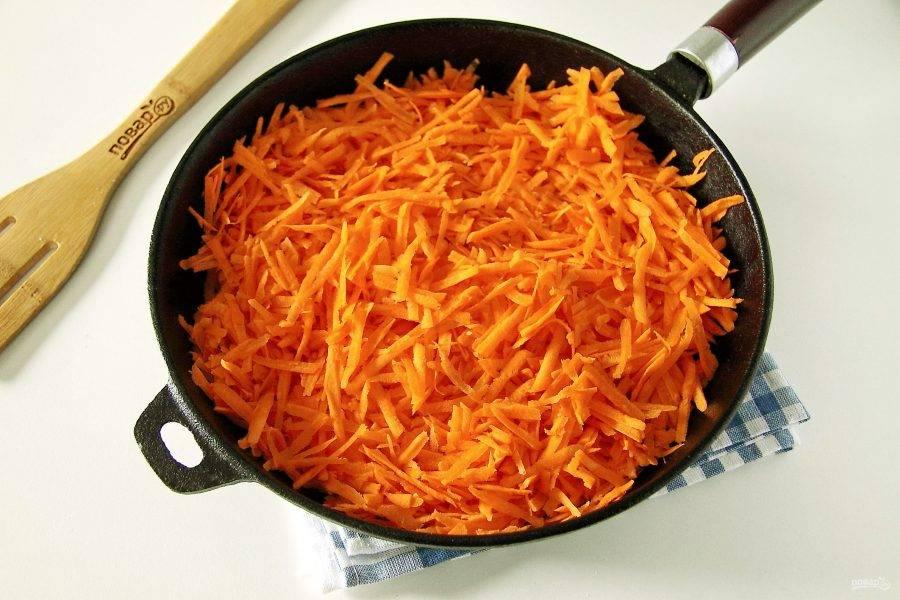 Для начинки морковь натрите на крупной терке.